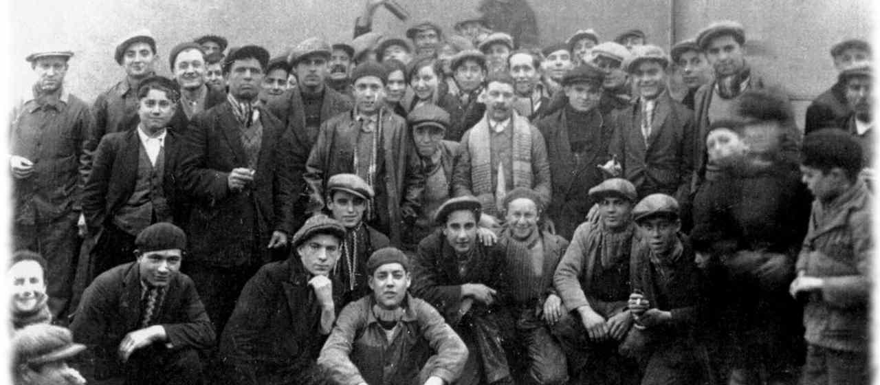 Un groupe d'ouvrie de l'usine Maréchal vers 1920