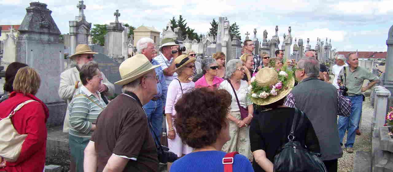 Visite de l'ancien cimetière pour les rosiéristes du monde entier
