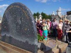 Visite du cimetière de Vénissieux devant la tombe Vilaplana